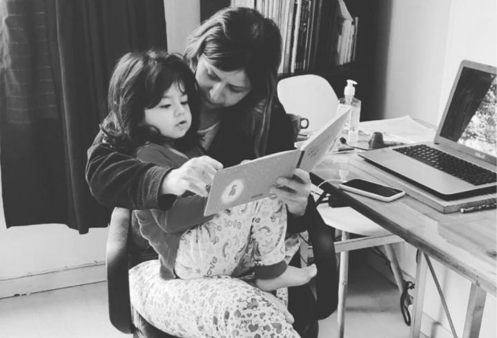 La periodista y profesora Yuli, junto a su hija Martina, a quien cría desde el feminismo