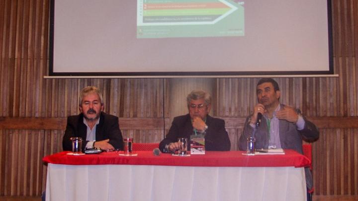 De izquierda a derecha: Ricardo Agudelo (Federación de JAC), Germán Roncancio (movimiento político Congreso de los Pueblos) y Luis Emil Sabiebra (Redepaz). Crédito fotografía: Viviam Leguizamon
