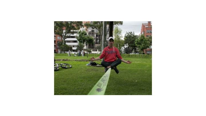 Práctica de slackline en el Parque el Virrey.