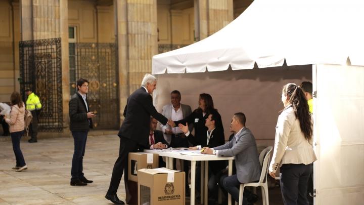 Enrique Peñalosa ejerciendo su derecho al voto en el Congreso de la República. Crédito: Fátima Martínez