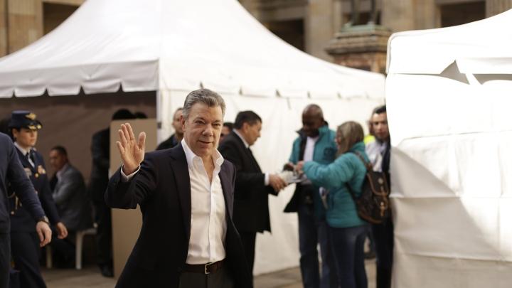 El Presidente de la República, Juan Manuel Santos, saluda a la prensa después de ejercer su derecho al voto. Crédito: Fátima Martínez