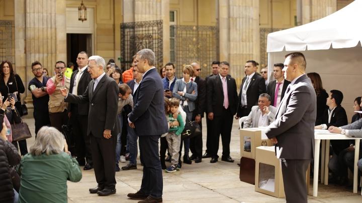 El ex presidente Álvaro Uribe, frente a la prensa, acompañado por Iván Duque, candidato de Centro Democrático, en el Congreso. Crédito: Fátima Martínez