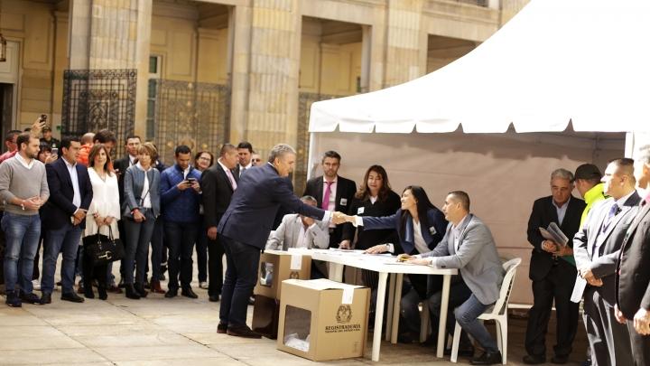 Iván Duque, candidato presidencial 2018 del Centro Democrático, saluda a los responsables del puesto de votación del Congreso. Crédito: Fátima Martínez
