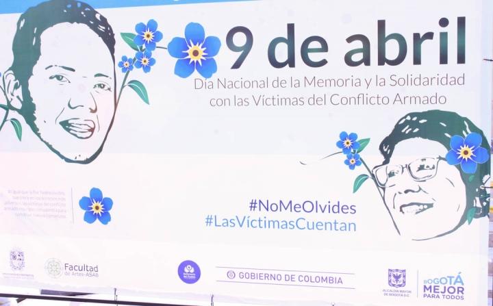 Frente del edificio Murillo Toro, en la carrera Séptima, una valla en representación al Día Nacional de la Memoria y la Solidaridad con las Víctimas. Foto: María Paula Parada