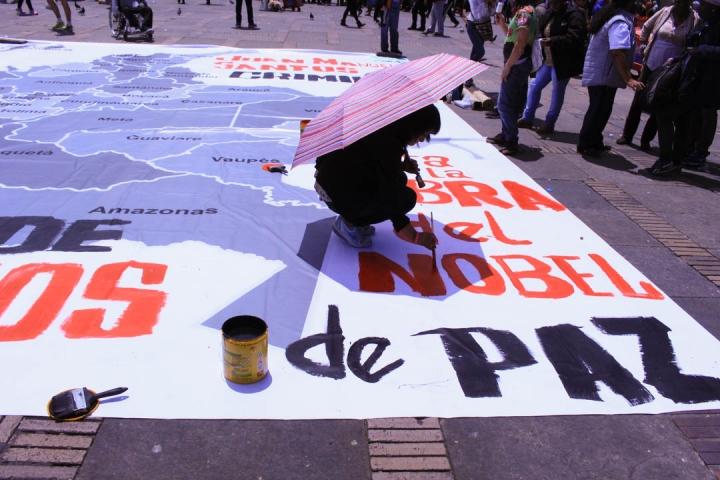 Durante la jornada en la Plaza de Bolivar, algunas personas protestaron contra la violencia a través de carteles y performances artísticos. Foto: María Paula Parada
