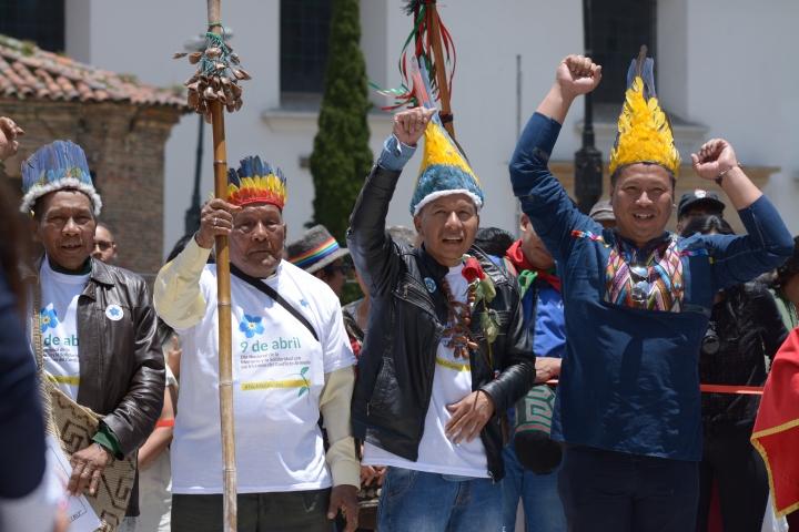 Representantes de comunidades indígenas hicieron presencia en el Parque Santander. Foto: Sergio Daza