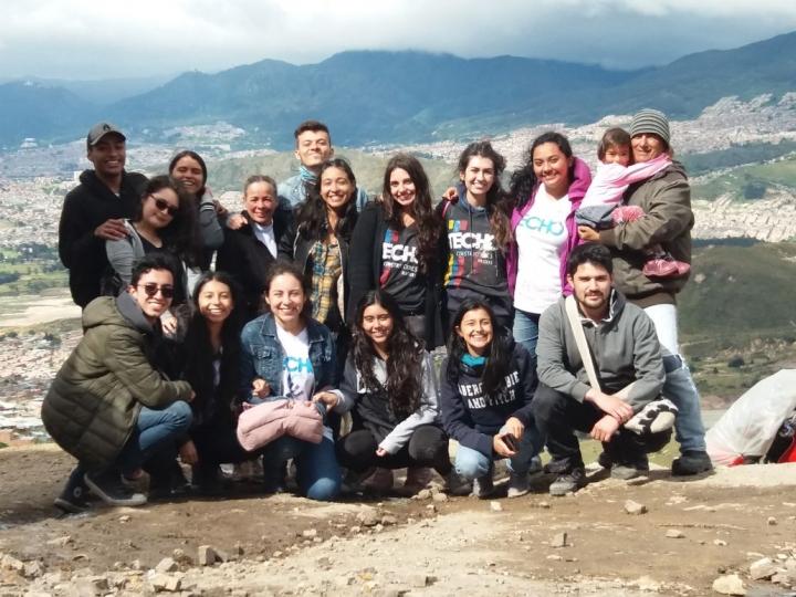 Voluntarios de Techo con miembros de la comunidad