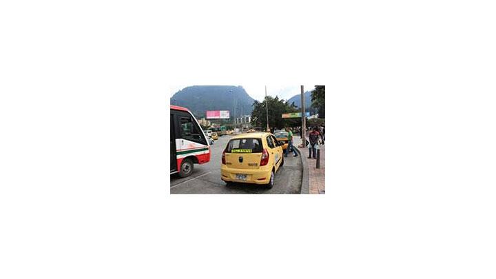 Taxistas estacionados en la rotonda de la Kra. 3 con Cll. 19.
