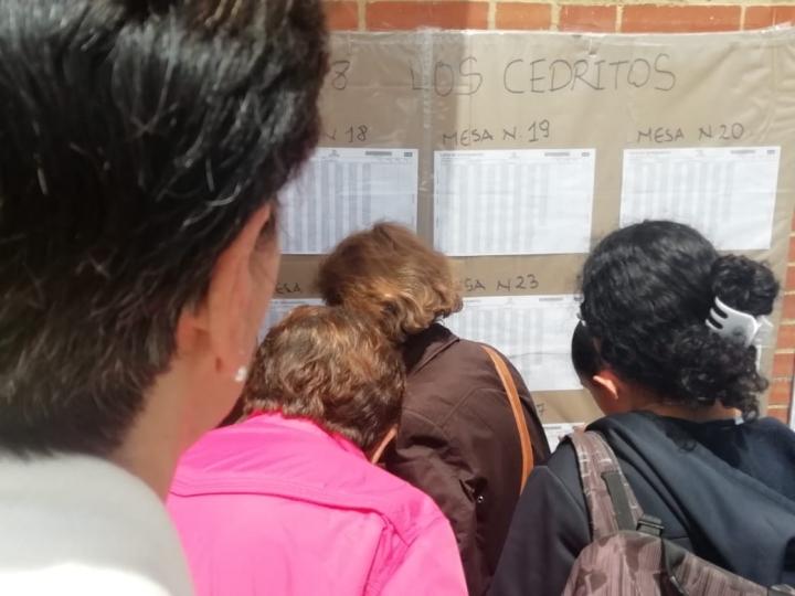 Mujeres revisan su puesto de votación
