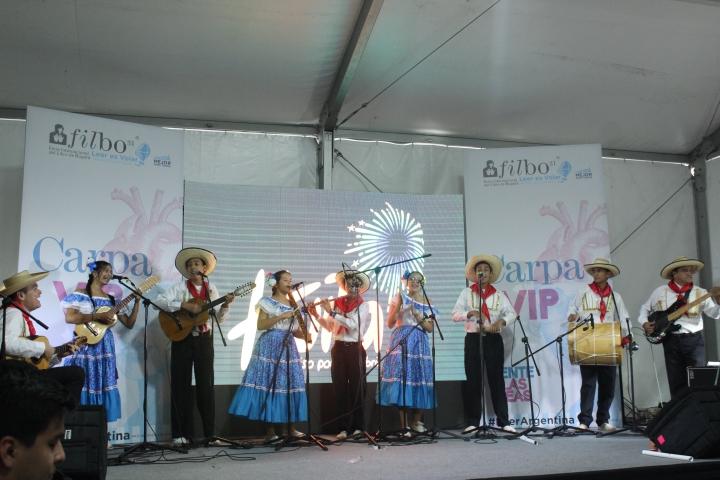 """El grupo musical """"Raspacayos"""" puso al público a cantar con """"El Barcino"""". Crédito de la foto: Silvia Bayona"""