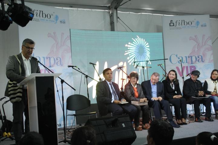 """Por la diversidad de libros en la Filbo, Vicente Silva Vargas cree que está en el """"mundial del libro"""". Crédito de la foto: Silvia Bayona"""