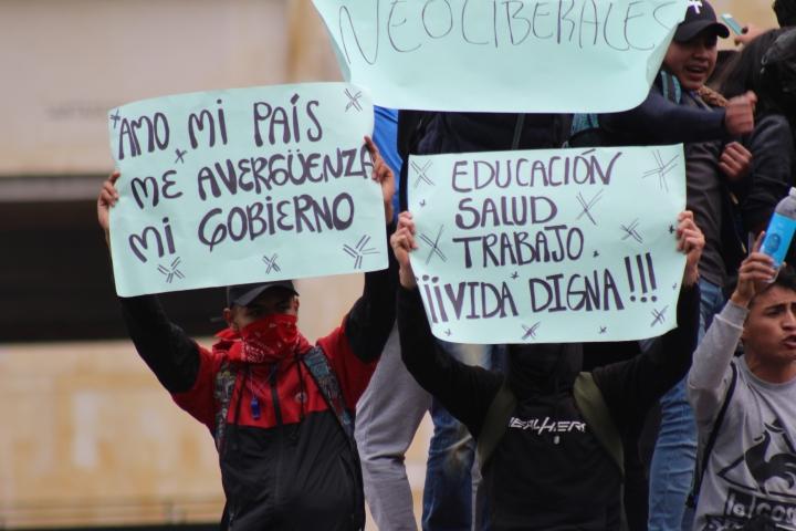 Jóvenes se manifiestan en la Plaza Simón Bolívar el 22N