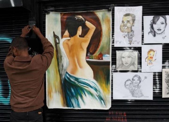 Todos los días se ubica en la Carrera Séptima esperando vender sus cuadros. Foto: Valentina Montenegro