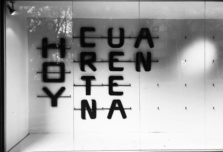 Imagen de un escaparate en Bogotá el 30 de marzo de 2020