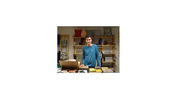Sebastián Elvino muestra los productos de Shuz Shuz