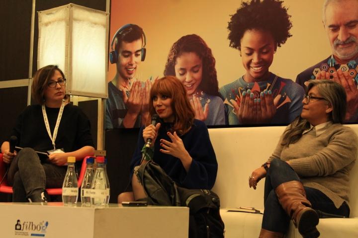 """Tatiana Andrade, Paula Bonet y Sylvia Aguilar, durante la conferencia """"Escribir con el cuerpo"""" en la Fibo 2019."""
