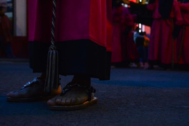 Como en suComo en sus inicios hacia el siglo XVI, actualmente la procesión se lleva a cabo con los pies descalzos. No obstante, niños y niñas pueden usar sandalias