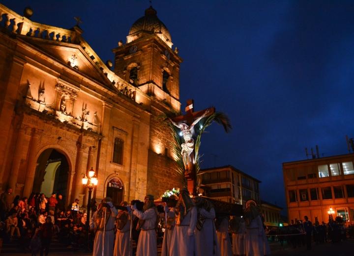 Uno de los pasos, frente a la Catedral Basílica Metropolitana Santiago de Tunja