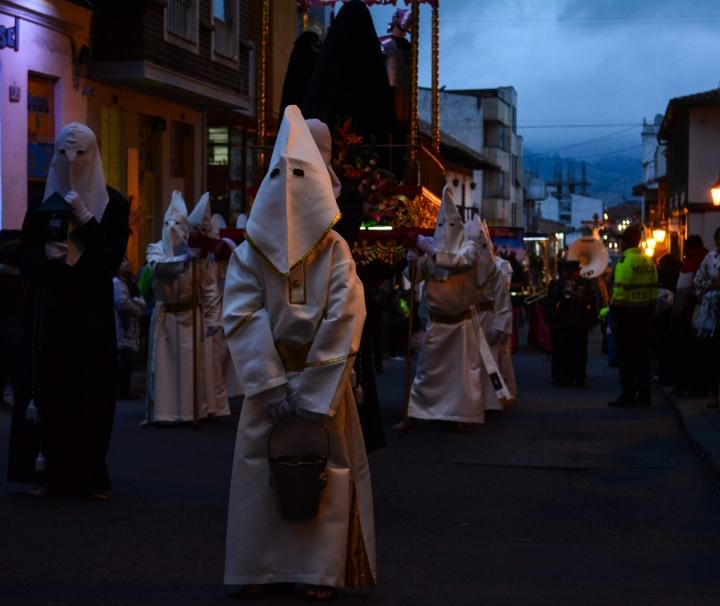 Durante cerca de dos horas, las procesiones se toman las calles del centro histórico de la ciudad