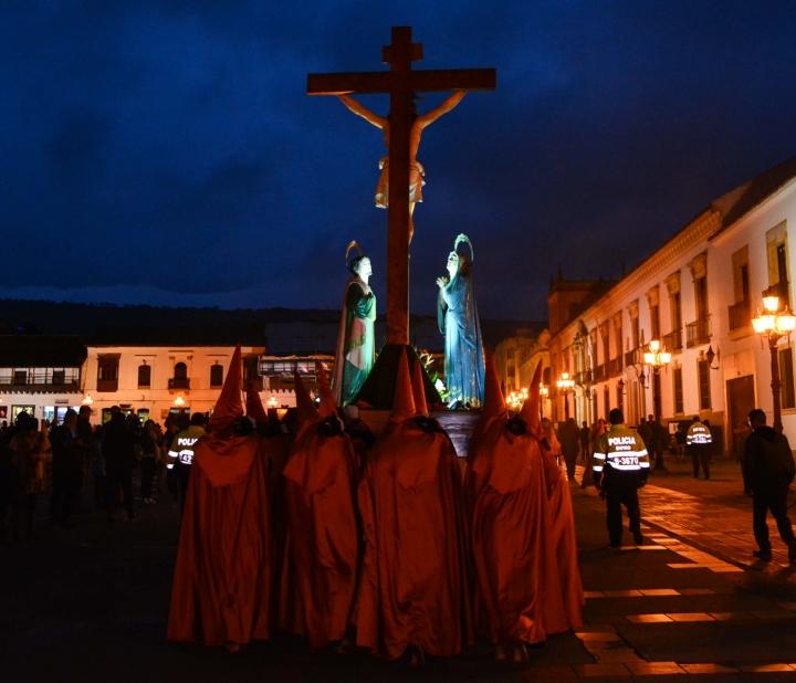 Con el paso a cuestas, los nazarenos recorren las principales calles del centro histórico de la ciudad