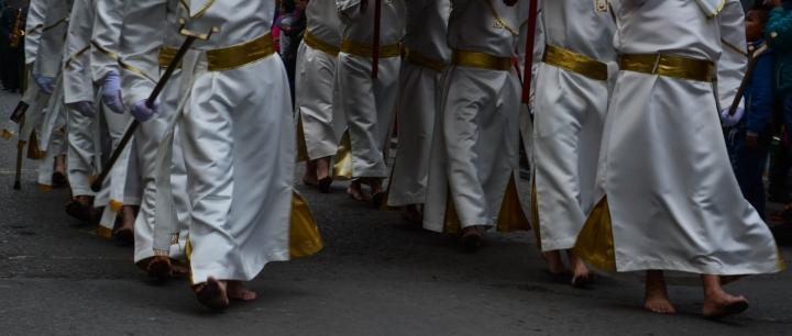 La procesión se lleva a cabo con los pies descalzos
