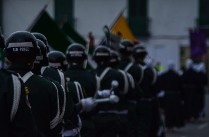 Banda heráldica de la Primera Brigada de la Policía Militar, acompañando la proseción de la Sociedad de Nazarenos