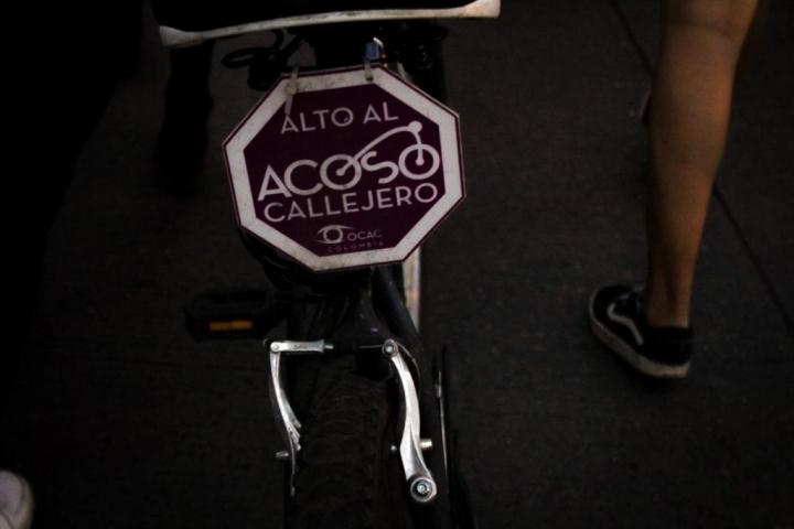 Ciclistas llevan símbolos que apoyan la marcha