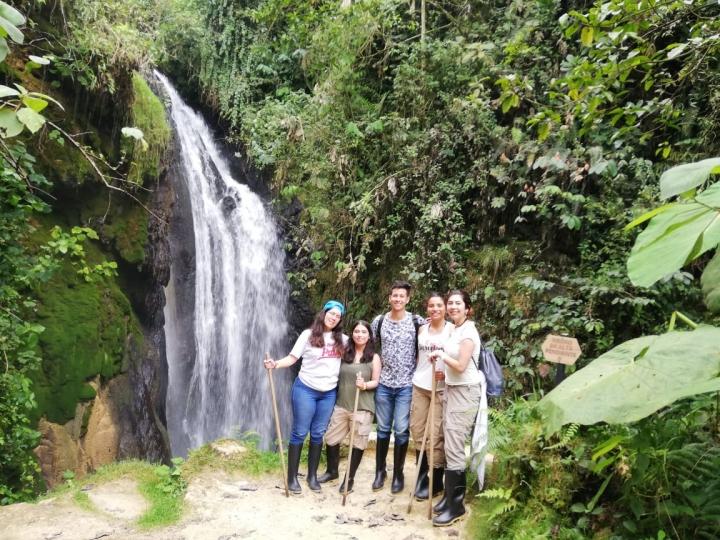 """Grupo de ecoturistas en un nacimiento de agua """"Brote de amistad"""""""