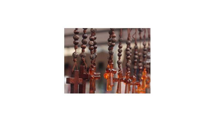 En la Semana mayor también tienen gran importancia elementos religiosos, como los cirios blancos y los rosarios.