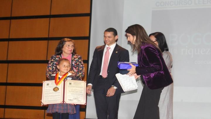 De derecha a izquierda están presentes: Saira Aguilera, ganadora de La medalla de la Orden al Mérito Literario Don Quijote de La Mancha; Ruth Albarracín, profesora del colegio Agustín Fernández; Daniel Andrés Palacios, presidente del Consejo de Bogotá y María Victoria Ángulo, secretaria de Educación.