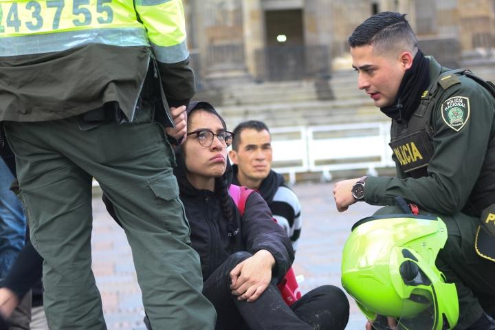 Policía toma medidas contra la joven que intentó vestir la estatua de Simón Bolívar como ama de casa. Foto: Juliana Oyuela