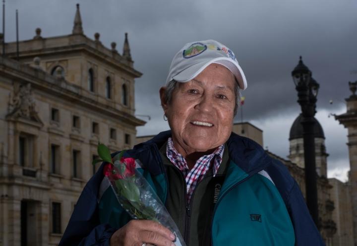 Rosa, una de las vendedoras de maíz y fotógrafas más emblemáticas de la Plaza de Bolívar. Foto: Julián Ríos  y Natalia Romero