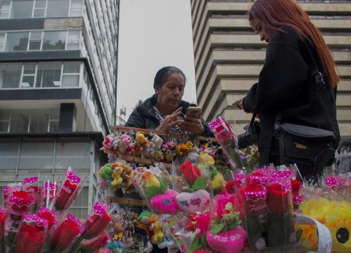 Yolanda vendiendo flores el Día de la Mujer. Normalmente vende ropa en San Victorino. Foto: Kimberly Vega