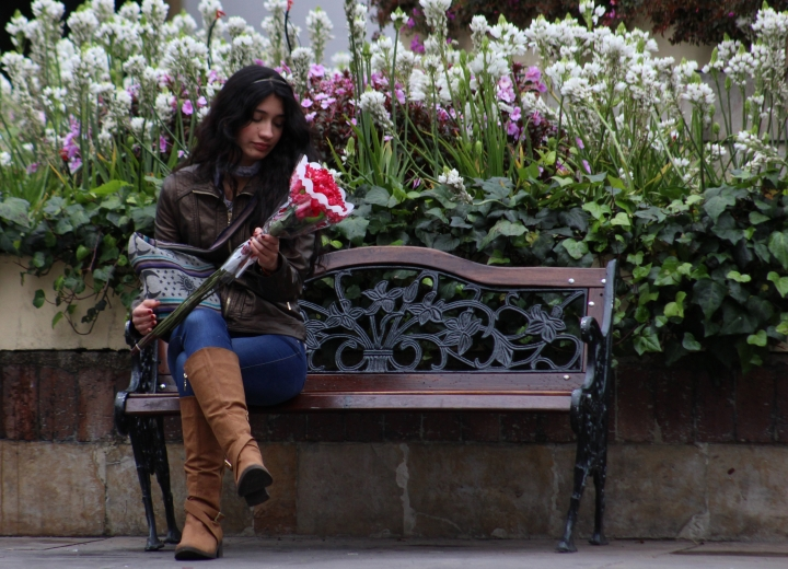 No todas las mujeres sonríen en su día porque a veces las flores se quedan cortas comparado a lo que les toca en su diario vivir. Foto: Sebastián López