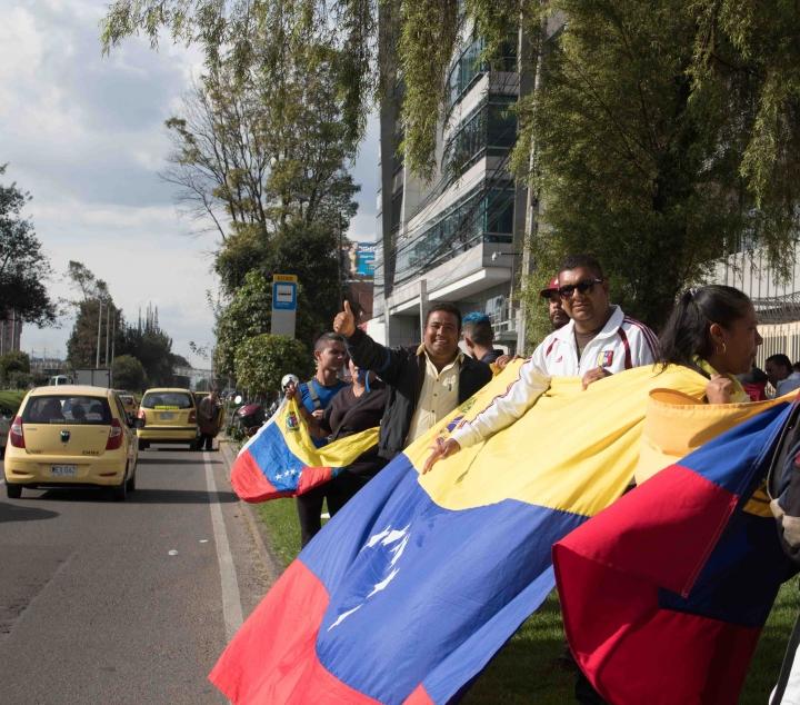 Extendida la bandera venezolana sobre la calle 103.