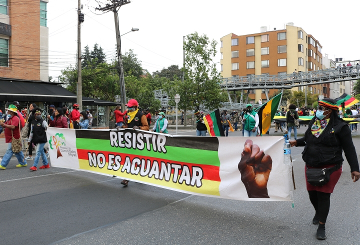 La minga marcha pacíficamente por las calles de Bogotá