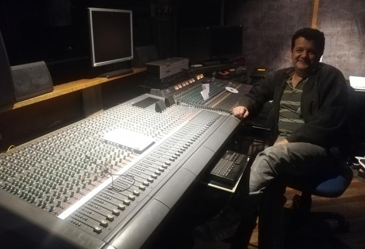 Henry Cabanzo en su estudio de producción en Bogotá.