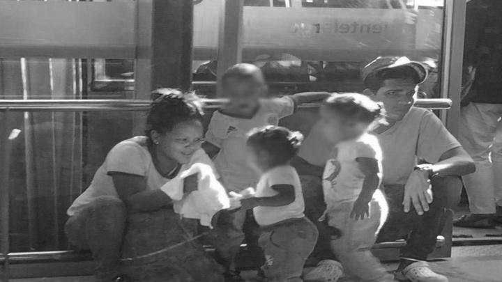 Venezolanos luchando por conseguir plata para el diario vivir.