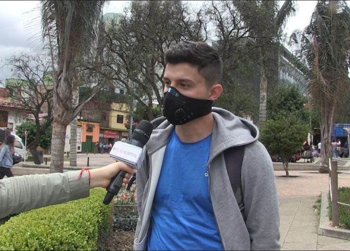 Biciusuarios usando la máscara antipolución