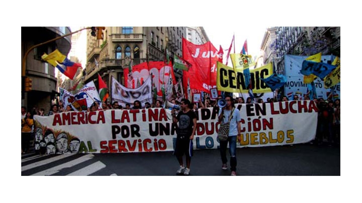 Colombianos, chilenos y argentinos marcharon en Buenos Aires para exigir una educación gratuita en latinoamérica.