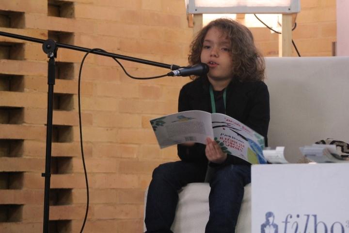 Sebastián Barros leyó su cuento al público durante la presentación. Foto por: Silvia Bayona