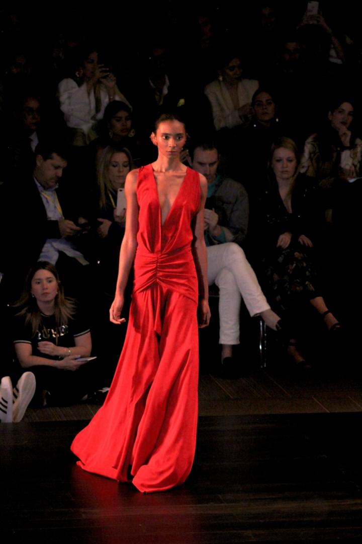 Los vestidos largo y los conjuntos sastres predominaron en la colección. El rojo, tal como  en colecciones pasadas de la diseñadora estuvo presente.