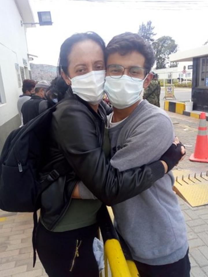 William y su madre abrazados, foto: Heyde Meneses
