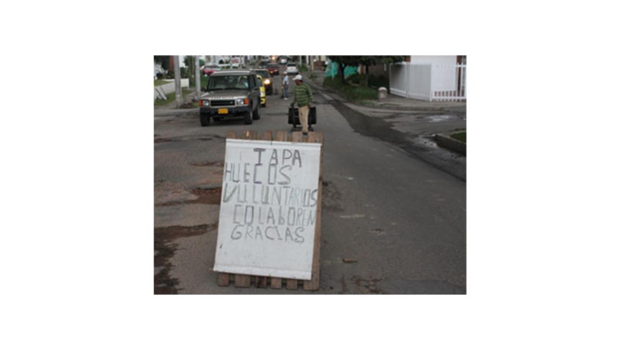 Ciudadanos voluntarios tapan huecos