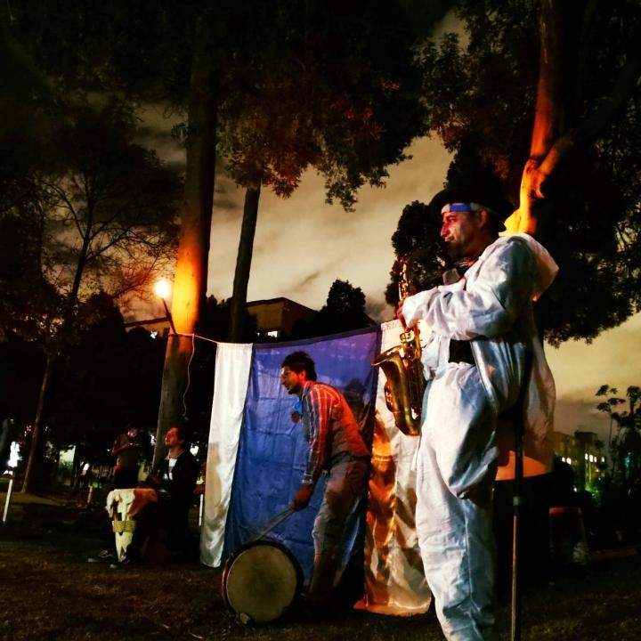 Los sábados por las noches los jóvenes realizan presentaciones artísticas