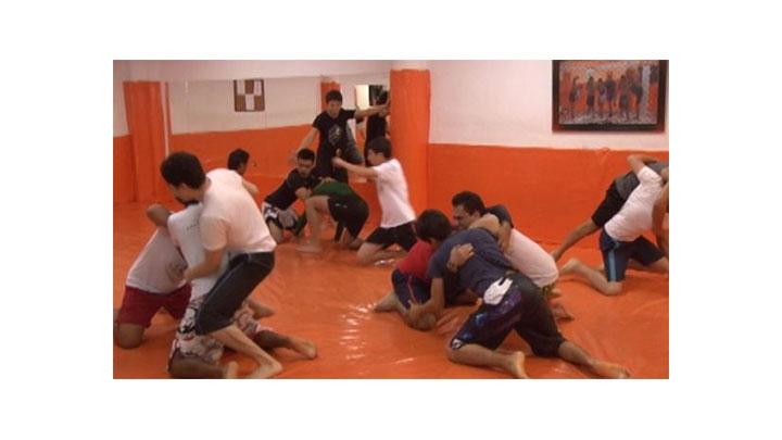 Los luchadores liberan tensiones con esta actividad, pero de una manera regulada. Esto, generalmente, previene que en la vida social sean personas agresivas.