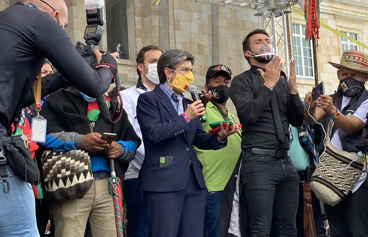 La minga es recibida por la alcaldesa Claudia López en la Plaza Bolívar tras marchar por Bogotá