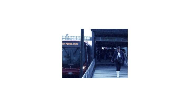 Según el IDU los puentes de las estaciones del Transmilenio estan protegidos de posibles descargas eléctricas.