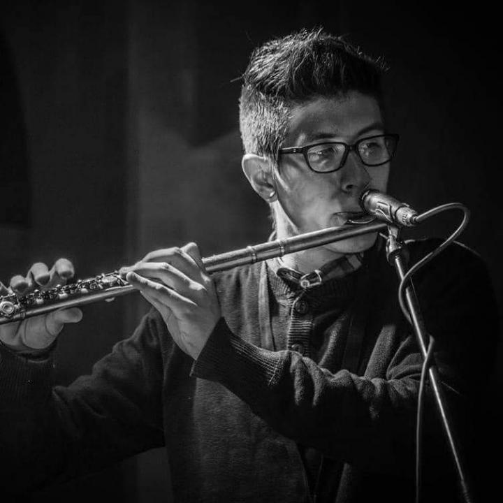 Cuando tenía 20, Kike conoció el instrumento que le daría mayor reconocimiento: la flauta traversa.