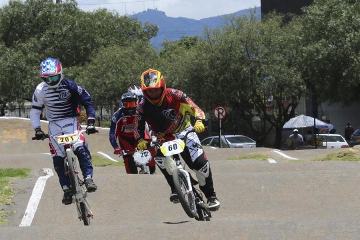Parte final del recorrido de la pista. Durante la competencia los participantes se caracterizaron por su dedicación y esfuerzo por llegar de primeras a la meta.